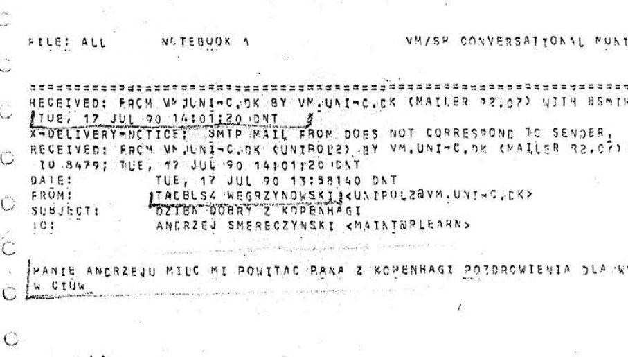 Fotografia wydruku pierwszego emaila wysłanego do Polski. Skan jest niskiej jakości, dlatego treść przytoczyliśmy w tekście.